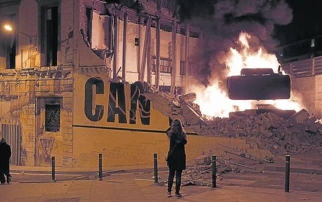 En llamas la escavaora que ha derrivado el Centre Social  Can Vies