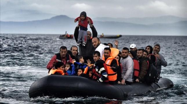 personas-que-llegan-bote-isla-griega-lesbos-tras-cruzar-mar-egeo-desde-turquia-1445512345250
